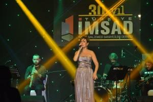 5-Sanatci Zuhal Olcay Sahnede_ Turkiye IMSAD 30. Yil